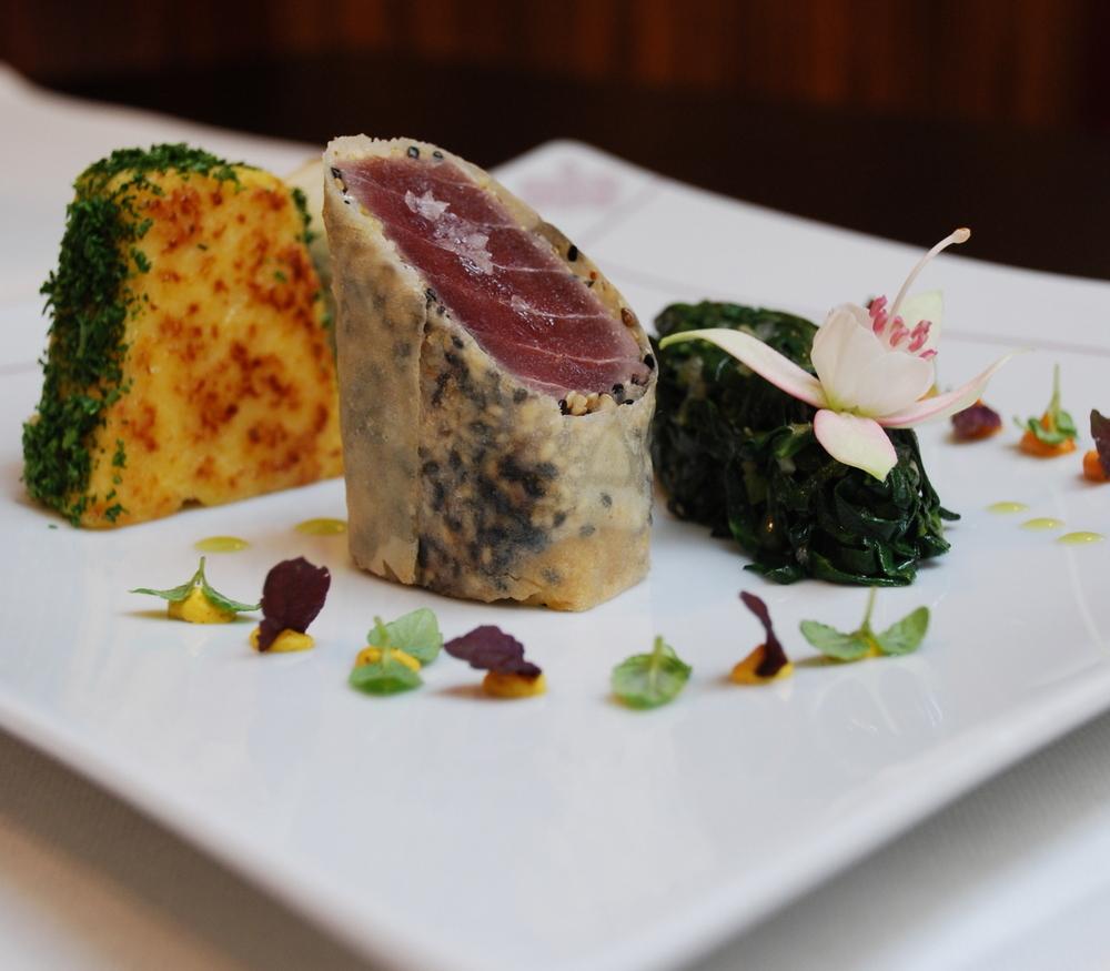 Gebackener Thunfisch, Mangold-Wasabi-Gemüse, Kokosmilch-Polenta, gelbes und rotes Curry