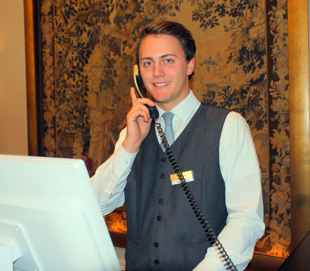 Guten Tag Herr Böttcher, jetzt ist bereits ein Jahr seit Ihrer Ausbildung im Kastens Hotel Luisenhof in Hannover vergangen. Wie geht es Ihnen und welche beruflichen Stationen haben Sie in dieser Zeit durchlaufen?