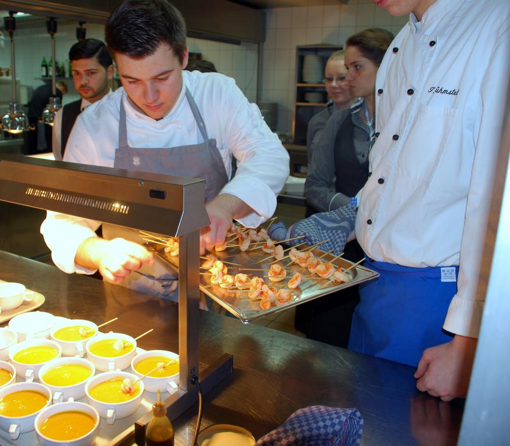 Während deiner Ausbildung zum Koch hast du unterschiedliche Abteilungen in unserem Hotel kennengelernt. Gib uns einen kleinen Einblick in deine damalige Ausbildungszeit im Luisenhof.
